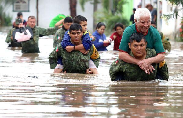 Militares mexicanos evacúan a los vecinos de Tlaquepaque, en Jalisco, durante una catastrófica inundación. - Sputnik Mundo
