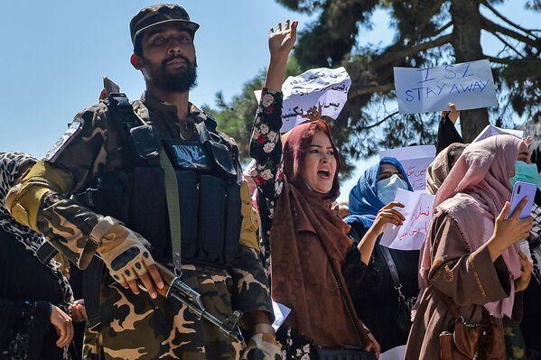 Unas mujeres afganas junto a un militante talibán* durante una protesta frente a la embajada de Pakistán en Kabul. Los talibanes dispararon al aire para disipar la manifestación. - Sputnik Mundo