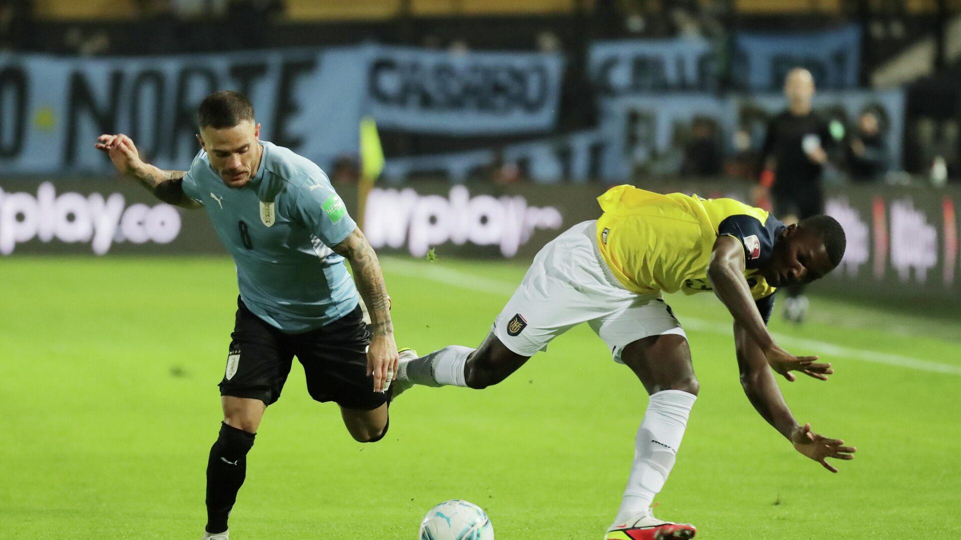 El futbolita uruguayo Nahitan Nandez disputa un balón con el ecuatoriano Moisés Caicedo durante un partido por las Eliminatorias sudamericanas para Catar 2022 en Montevideo - Sputnik Mundo, 1920, 10.09.2021