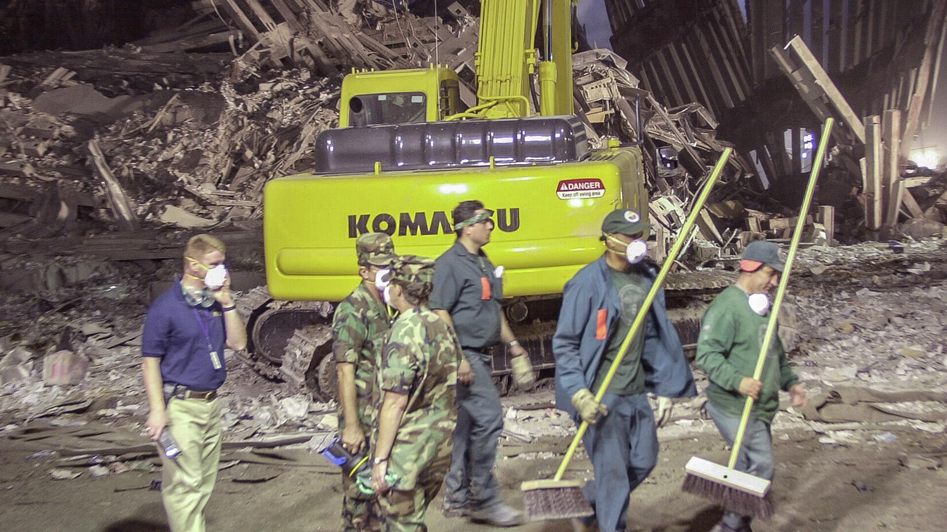 Trabajadores limpiando la Zona Cero al día siguiente de los atentados del 11 de septiembre de 2001 - Sputnik Mundo, 1920, 10.09.2021