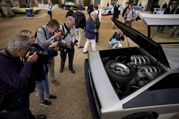 Los periodistas toman fotos del motor del Aston Martin Bulldog: un V8 de 5,3 litros biturbo, que genera 700 caballos de potencia y 678 Nm de par motor.  Después de la restauración, Sarofim planea llevar este auto hasta una velocidad de 322 km/h.   - Sputnik Mundo