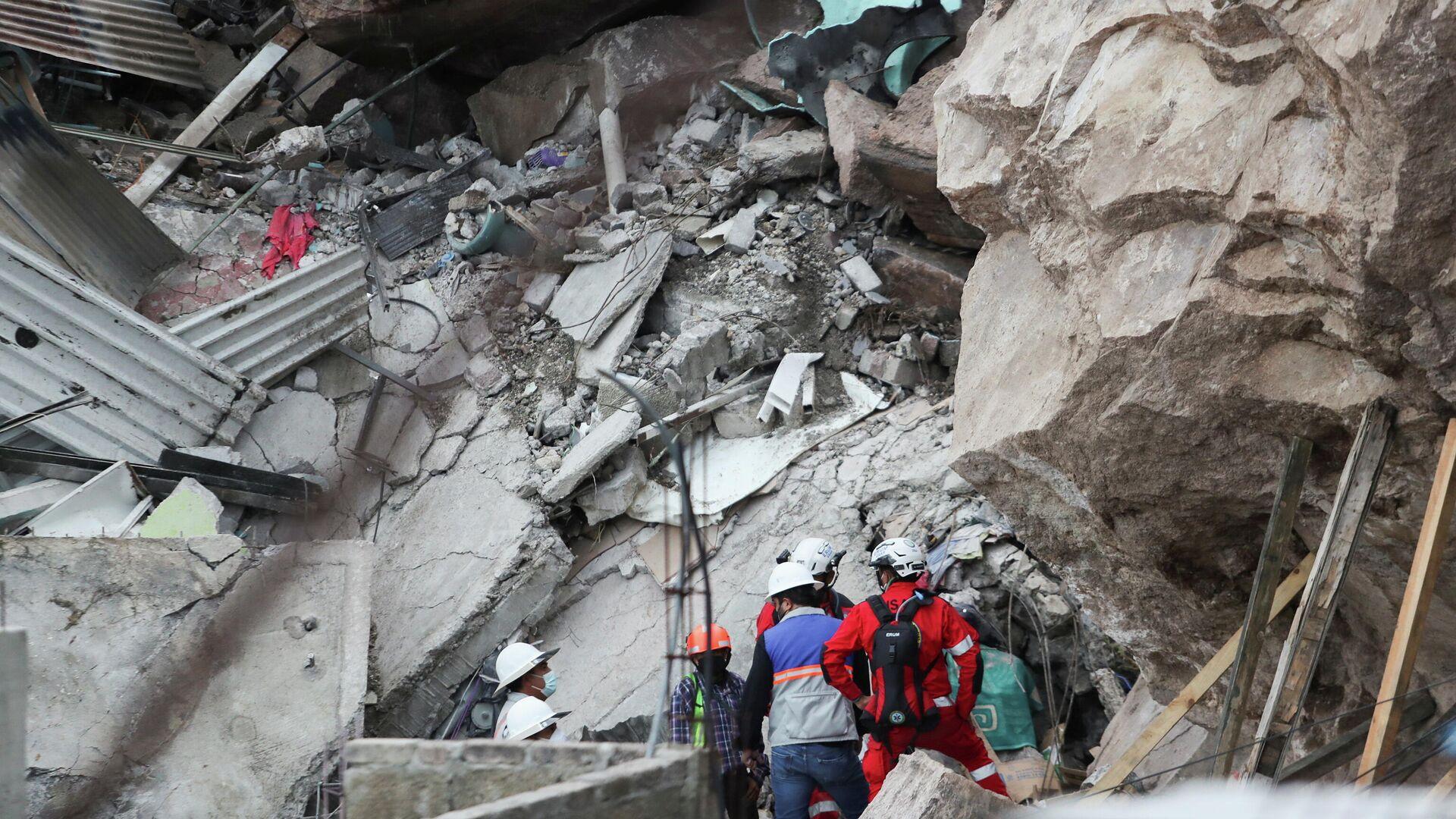Un grupo de rescatistas hace su labor tras el derrumbe de una enorme roca en el municipio Tlalnepantla, Estado de México, el 10 de septiembre - Sputnik Mundo, 1920, 10.09.2021