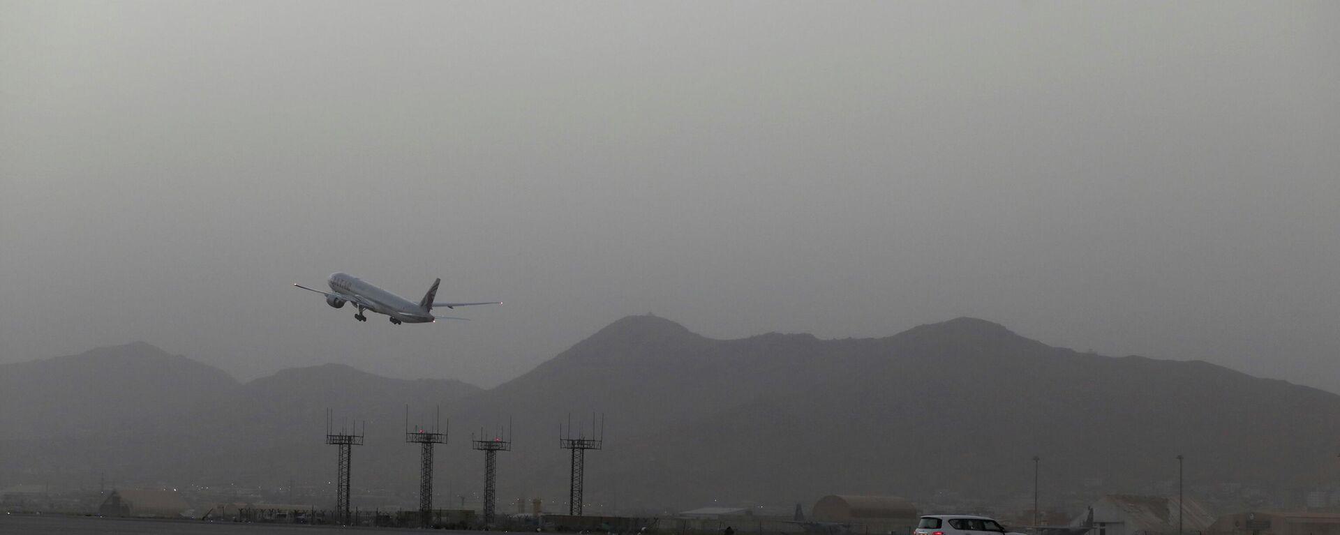 Un avión despega del aeropuerto de Kabul, el 10 de septiembre de 2021 - Sputnik Mundo, 1920, 11.09.2021