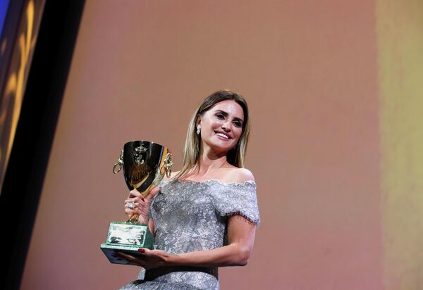 La actriz española Penélope Cruz recibe la Copa Volpia a la Mejor Actriz en el Festival de Cine de Venecia. - Sputnik Mundo