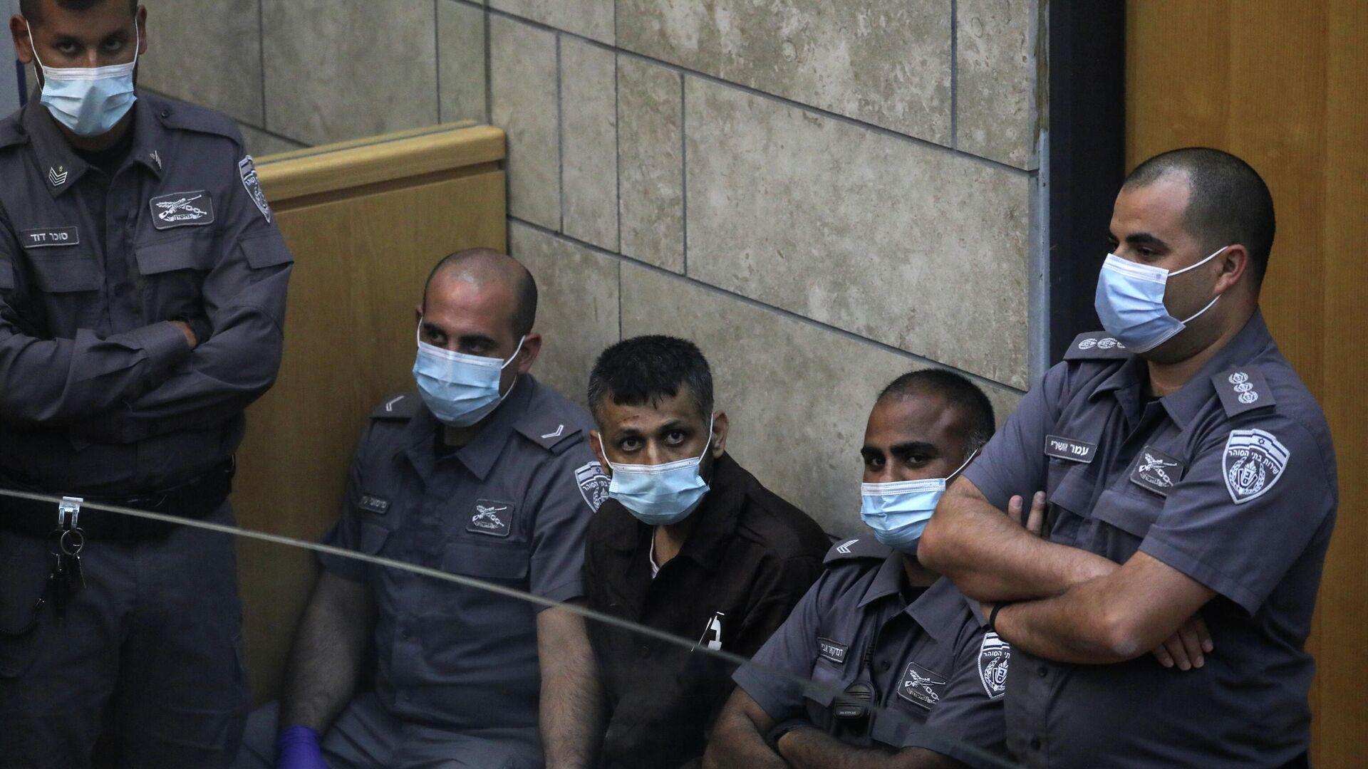 El militante palestino Mohammad Arda en el tribunal antes de su prisión preventiva y después de ser recapturado, tras su fuga de la prisión de Gilboa junto con otros cinco compañeros, en Nazaret. - Sputnik Mundo, 1920, 12.09.2021