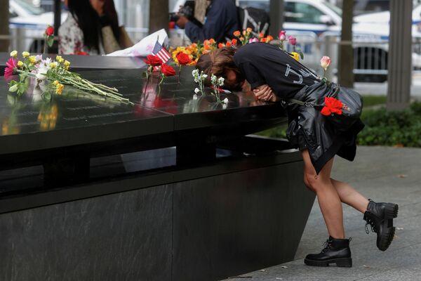 Una mujer llorando en el Monumento Nacional al 11-S, en Nueva York. - Sputnik Mundo