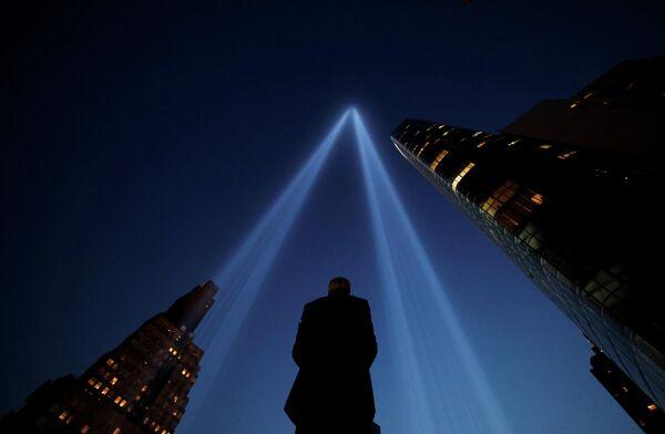 Dos columnas de luz atraviesan el cielo de Nueva York para recordar las Torres Gemelas. - Sputnik Mundo