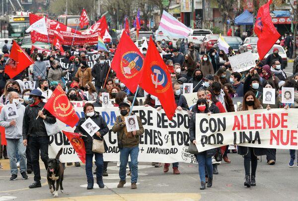 El 11 de septiembre de 1973 en Chile tuvo lugar el golpe de Estado por el que fue derrocado el Gobierno democrático del presidente Salvador Allende. Las fuerzas armadas establecieron una junta militar presidida por el comandante en jefe del Ejército, Augusto Pinochet, quien se convertiría en el líder de la dictadura hasta el 11 de marzo de 1990. A partir de ese año, los chilenos recuerdan a las víctimas de la dictadura con marchas y eventos.  En la foto: manifestantes participan en una marcha por el 48 aniversario del golpe militar en Chile de 1973, en Valparaíso, Chile. - Sputnik Mundo