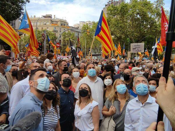 El 11 de septiembre los catalanes celebran el Día de Cataluña, a veces denominado el Día Nacional de Cataluña, la Fiesta Nacional de Cataluña o simplemente la Diada, en catalán. Este día conmemoran la caída de Barcelona a manos de las tropas borbónicas dirigidas por el duque de Berwick durante la guerra de sucesión española el 11 de septiembre de 1714, tras 14 meses de sitio. Cataluña festeja este día a lo grande, con manifestaciones y conciertos. La gente cuelga una estelada —la bandera independentista catalana— en su balcón y canta el himno de Cataluña, Els Segadors.  En la foto: el presidente Pere Aragonès, Oriol Junqueras, Laura Vilagrà, Roger Torrent, Marta Vilalta, Raül Romeva y Meritxell Serret (ERC) en la manifestación de la ANC por la Diada en Barcelona. - Sputnik Mundo