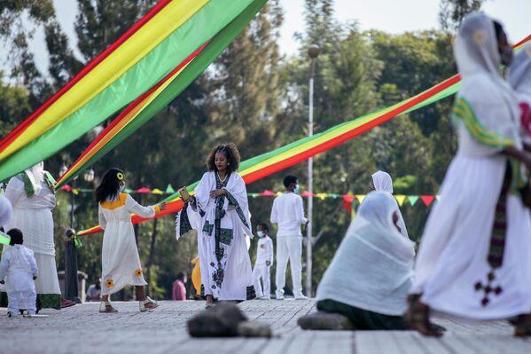 Al año nuevo en Etiopía se le llama Enkutatash o Regalo de Joyas, y se celebra el primer día del mes de Meskerem en el calendario etíope. Cae el 11 de septiembre, según el almanaque gregoriano. Esta fecha marca tradicionalmente el final de la temporada lluviosa y, desde hace poco tiempo, también se festeja el retorno de la reina de Saba a Etiopía tras la visita del rey Salomón a Jerusalén.La entrada del nuevo año se acompaña de numerosos rituales religiosos por parte de los habitantes etíopes, así como de canciones y danzas en todos los pueblos. Los habitantes se regalan los unos a los otros ramos de flores. - Sputnik Mundo
