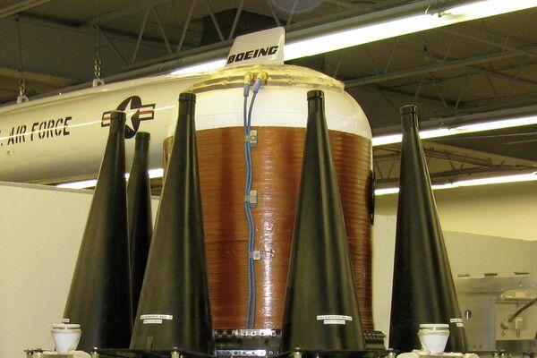 Maqueta de un vehículo de reentrada de un misil Trident con sus respectivas ojivas - Sputnik Mundo