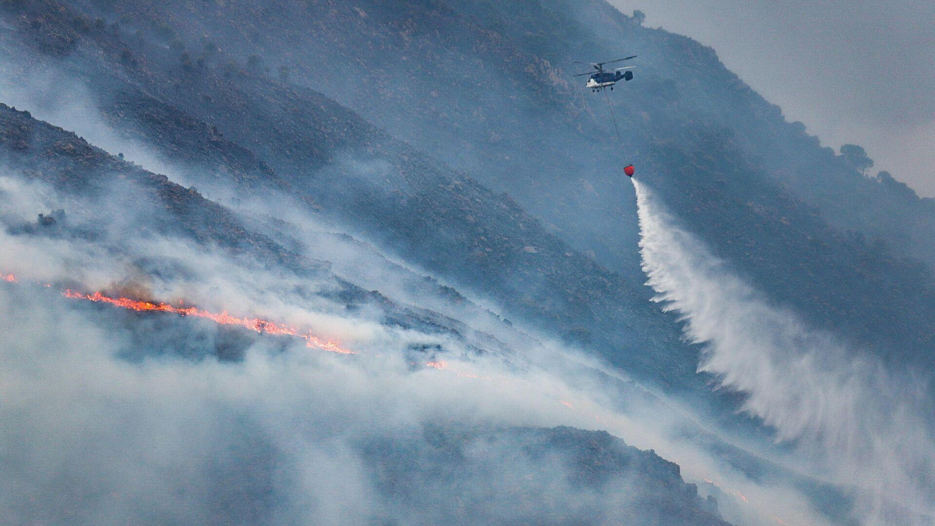Helicópteros contra incendio intentando apagar el fuego de la Sierra Bermeja - Sputnik Mundo, 1920, 14.09.2021