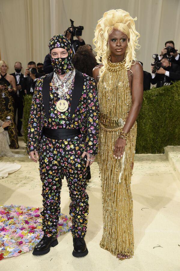 El cantante colombiano J Balvin y la modelo travesti estadounidense Symone también asistieron al evento, considerado como uno de los más importantes de la moda estadounidense. - Sputnik Mundo