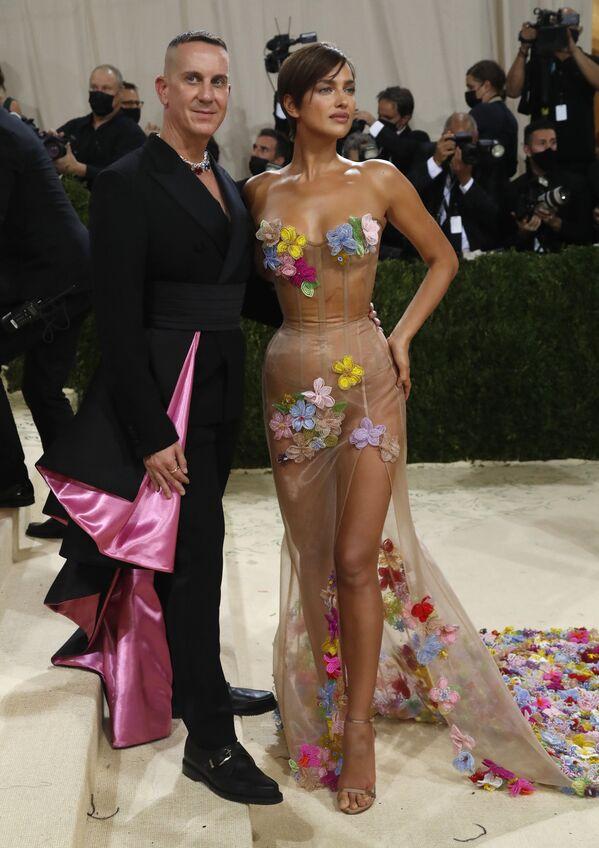 La modelo rusa Irina Shayk lucióun vestido de Moschino, acompañada del director creativo de Moschino Jeremy Scott. - Sputnik Mundo