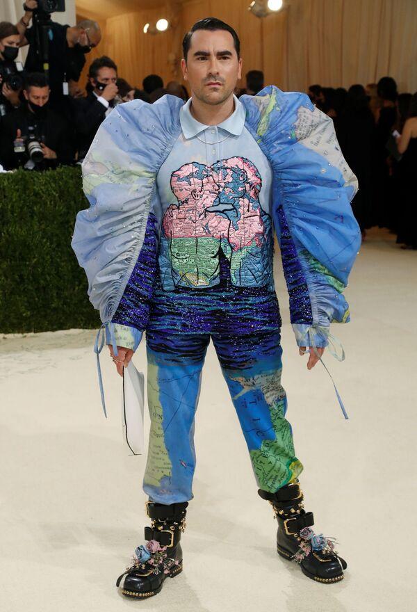 El actor canadiense Dan Levy con uno de los diseños más llamativos de la Gala del Met 2021 de Loewe. - Sputnik Mundo