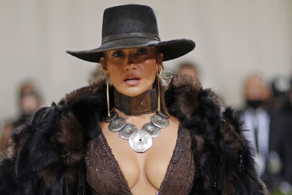 La cantante y actriz Jennifer López asistióal evento con un traje de Ralph Lauren. - Sputnik Mundo