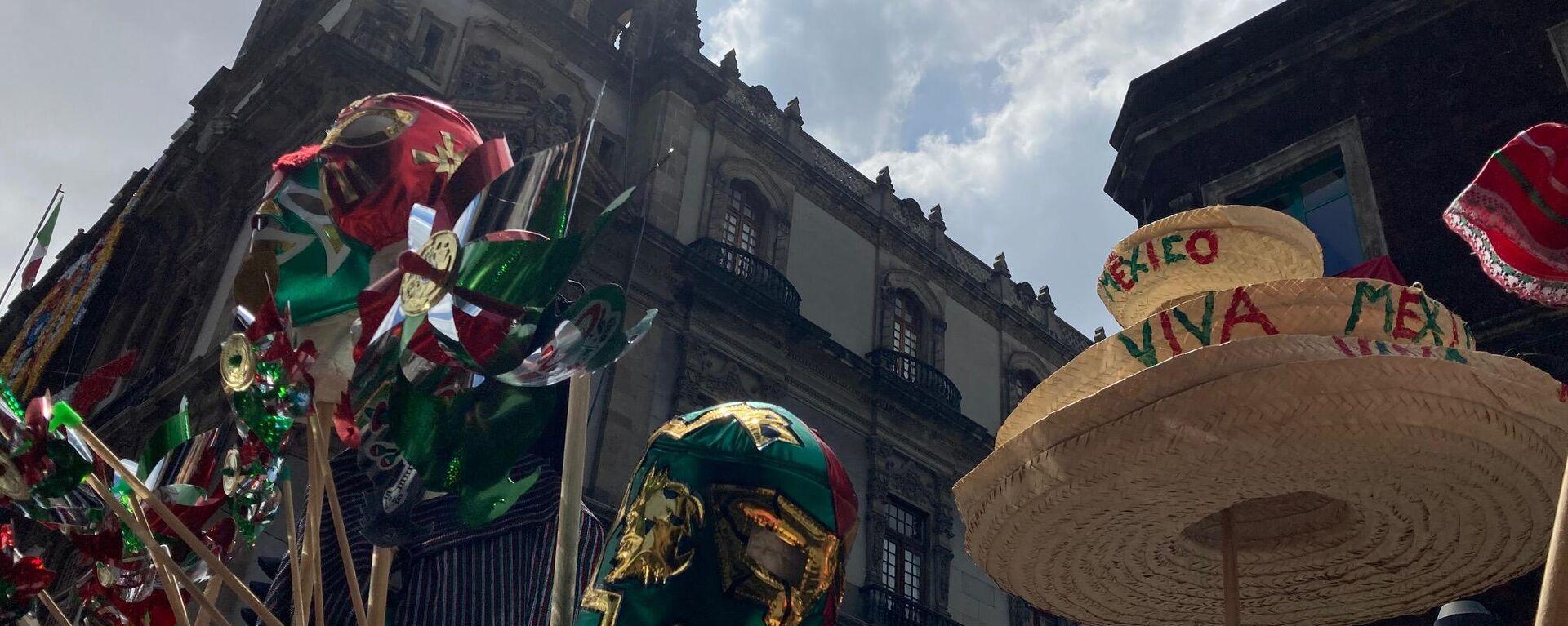 Además de escarapelas y banderas, los comerciantes ofrecen sombreros, máscaras y vestimenta típica. - Sputnik Mundo, 1920, 15.09.2021