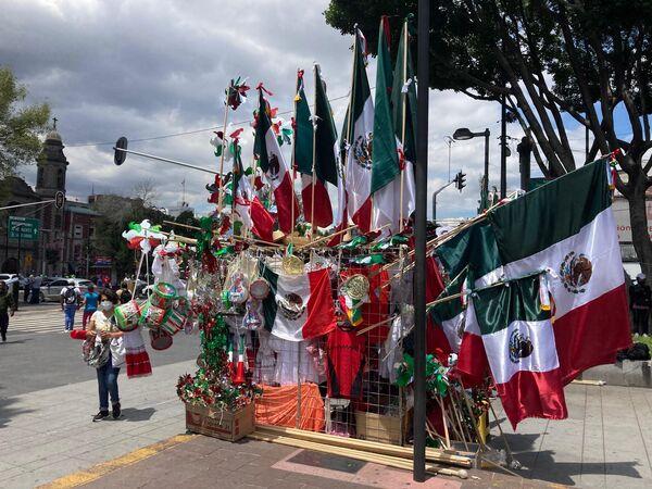Durante el mes de septiembre, la capital mexicana como todo el país vive la temporada de banderas para conmemorar las fiestas patrias, en torno al Grito de Independencia que se celebra entre el 15 y 16 de septiembre. - Sputnik Mundo