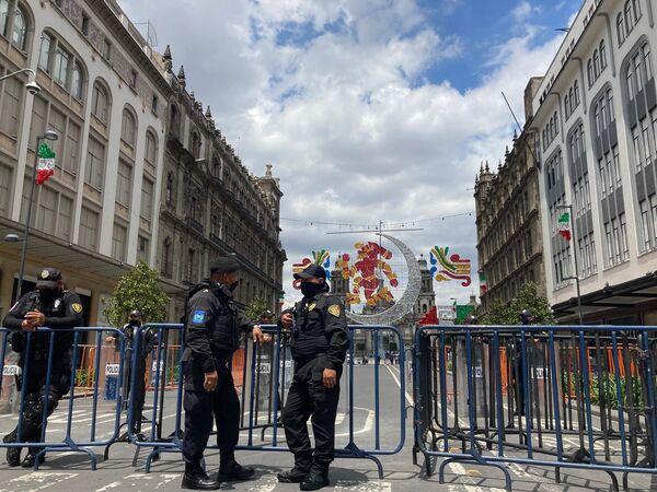 El acceso al Zócalo, la plaza principal tanto de la ciudad como de todo el país permanece vedado por vallas y cercos policiales desde los festejos por los 500 años de la caída de la Gran Tenochtitlán que tuvo lugar a mitad de agosto de 2021.  - Sputnik Mundo