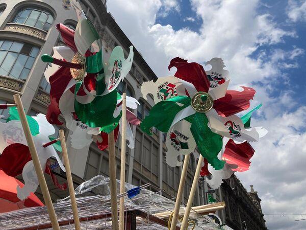Los rehiletes tricolores son típicos en estas fechas para decorar casas y comercios, además son de bajo costo, la mayoría de los productos no supera los 30 pesos mexicanos. - Sputnik Mundo