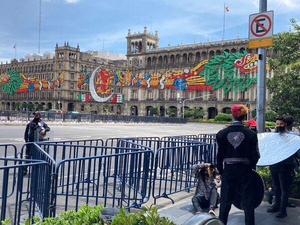 A pesar de las vallas que resguardan el Zócalo, los visitantes aprovechan el decorado alusivo para tomarse fotografías. - Sputnik Mundo