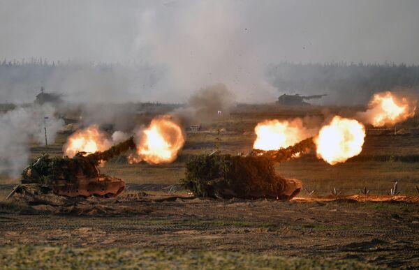 En los ejercicios participaron      soldados de las Fuerzas Armadas de Rusia y de los contingentes militares de las Fuerzas Armadas de Bielorrusia.En la foto: unidades de artillería  autopropulsada durante un ejercicio estratégico conjunto. - Sputnik Mundo