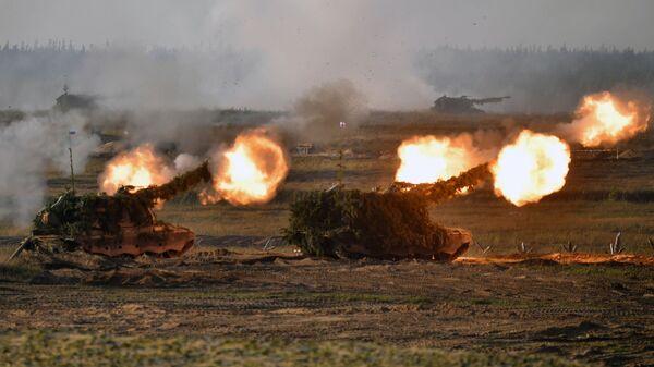 Самоходные артиллерийские установки (САУ) во время основного этапа учений Запад-2021 на полигоне Мулино в Нижегородской области - Sputnik Mundo