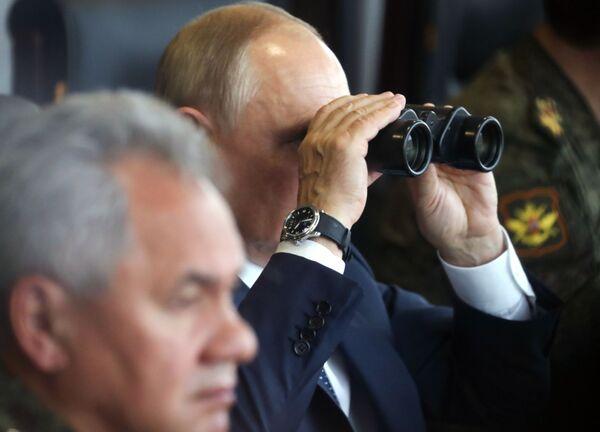 El presidente ruso, Vladímir      Putin, y el ministro de Defensa ruso, Serguei Shoigú, observan las maniobras conjuntas Zapad-2021 en el polígono de Mulino. - Sputnik Mundo