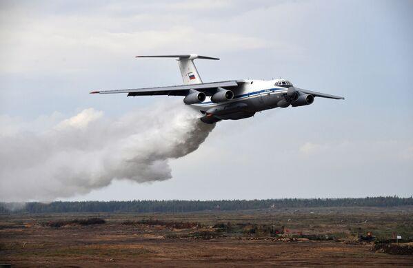 Un total de 200.000 personas,      más de 80 aviones y helicópteros, hasta 760 unidades de equipo militar,      incluidos más de 290 tanques y más de 240 cañones, además de lanzacohetes      múltiples y morteros, y 15 barcos participaron en Zapad-2021.En la foto: un avión Il-76TD durante una maniobra militar en el polígono Mulino. - Sputnik Mundo