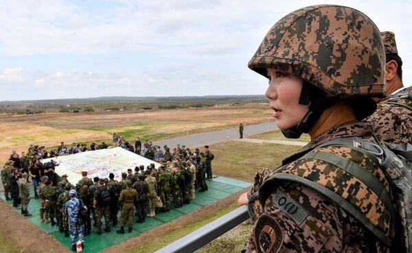 Unos 2.000 soldados de Armenia, Kazajstán, Kirguistán, la India y Mongolia, así como un representante de      la delegación militar de Sri Lanka, participaron de las maniobras. El ejercicio fue observado por el cuerpo militar y diplomático de 18 países, siete de los cuales son miembros de la OTAN.En la foto: una miembro del      Ejército de Mongolia durante las maniobras estratégicas. - Sputnik Mundo