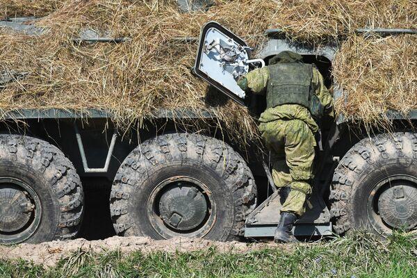Las maniobras prácticas de las  tropas comenzaron el 10 de septiembre y tuvieron lugar en nueve campos de      entrenamiento de Rusia, en aguas del Mar Báltico, y en cinco campos de      entrenamiento en Bielorrusia. En la foto: un soldado en el polígono de Pravdinskiy, en la región rusa de Kaliningrado. - Sputnik Mundo