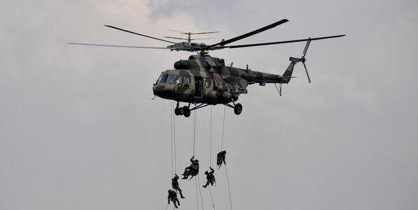 Las tropas aerotransportadas,      tanto rusas como extranjeras, desempeñaron un papel importante en las maniobras      militares Zapad-2021. Durante los primeros días demostraron su alta eficacia en el combate.En la foto: un helicóptero Mi-8 aterrizando de una maniobra en el polígono de Mulino, en la región rusa de Nizhni Nóvgorod. - Sputnik Mundo