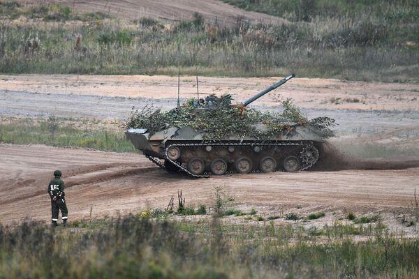Las maniobras estratégicas      conjuntas entre Rusia y Bielorrusia se celebran cada dos años de acuerdo      con una decisión tomada por los presidentes de ambos países. En la foto: un vehículo de combate de infantería anfibio BMD-4 en el polígono de      Strugi Krasnye, en la región rusa de Pskov. - Sputnik Mundo