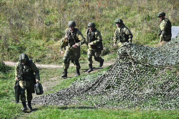 Los ejercicios se realizaron      cerca de las fronteras de la Unión Europea, lo que alarmó a algunos países europeos, entre ellos Ucrania y Polonia. En la foto: varios soldados      durante los ejercicios militares en el polígono Pravdinskiy. - Sputnik Mundo