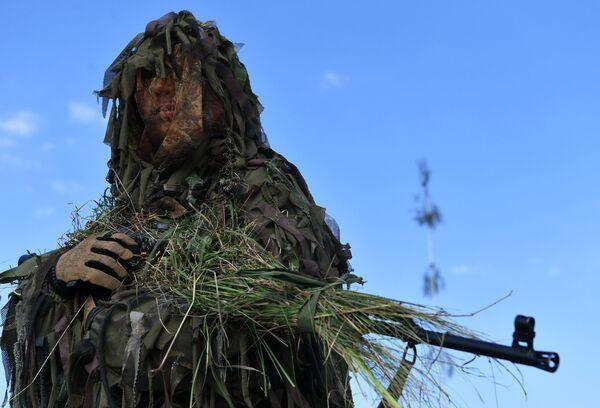 Sobre la base de los resultados de las maniobras, los militares más distinguidos fueron galardonados con      condecoraciones del Ministerio de Defensa de la Federación de Rusia.En la  foto: un soldado durante las maniobras Zapad-2021 en el polígono Pravdinskiy, en la región rusa de Kaliningrado. - Sputnik Mundo