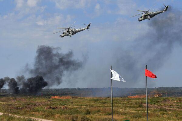 Dos helicópteros Mi-24      sobrevuelan el polígono Pravdinsky durante las maniobras Zapad-2021. - Sputnik Mundo