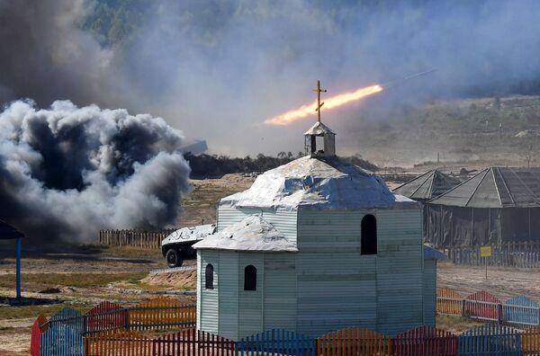 Unas 12.800 personas (incluidos  2.500 militares rusos), más de 30 aviones y helicópteros, y 350 unidades      de equipo militar participaron en las maniobras Zapad-2021 en el territorio de Bielorrusia.En la foto: Los ejercicios militares en el polígono Obuz-Lesnovsky, cerca de Baranovichi, en Bielorrusia. - Sputnik Mundo