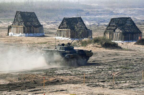 El presidente bielorruso,      Alexandr Lukashenko, declaró que su país tenía previsto comprar armas rusas por un valor de más de 1.000 millones de dólares y que estaba negociando el suministro de sistemas antiaéreos S-400.En la foto: un vehículo de combate de infantería BMP-2 ruso durante las maniobras      Zapad-2021. - Sputnik Mundo