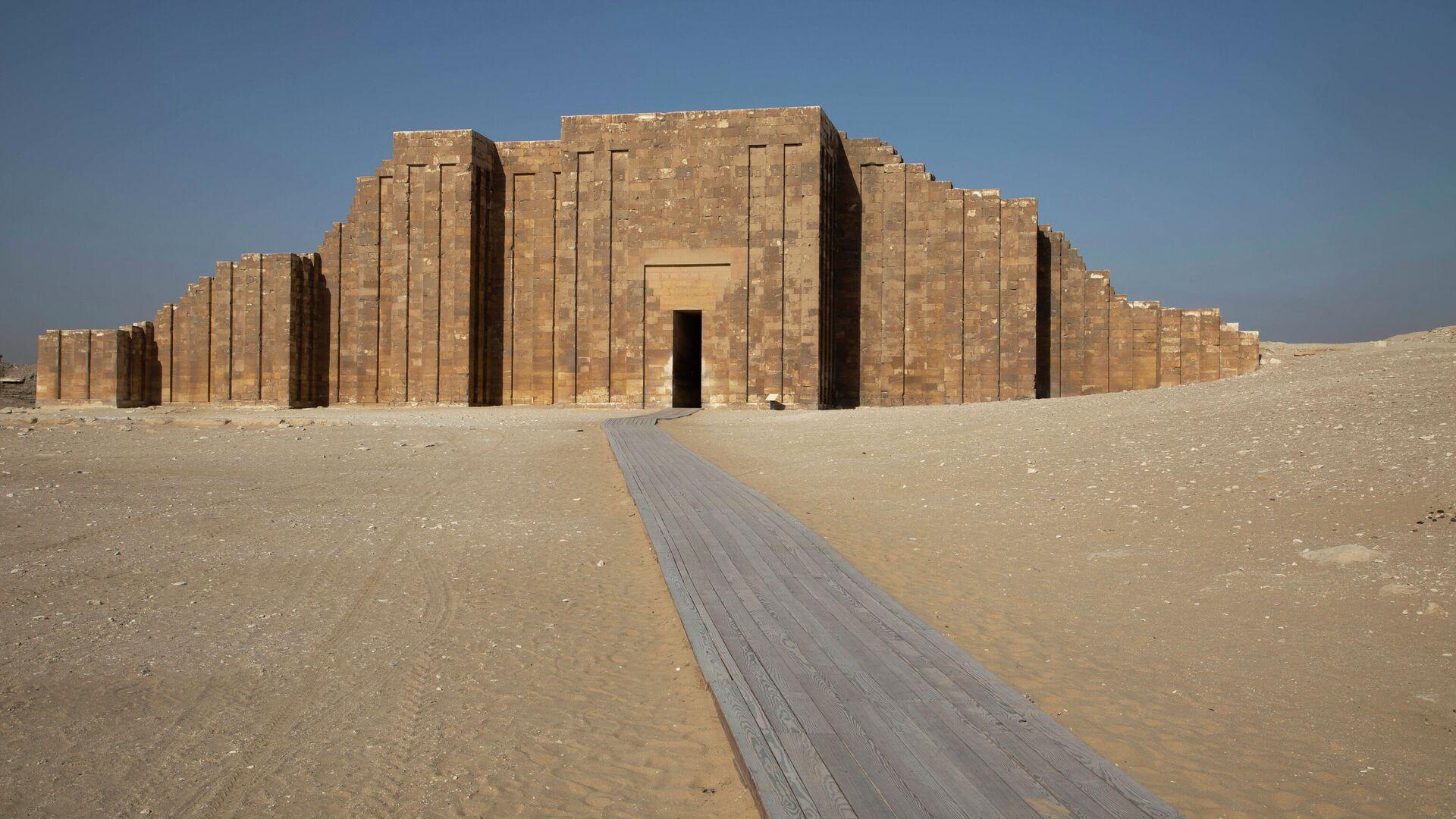 Un camino conduce a la entrada del cementerio sur del rey Zoser,  cerca de la famosa pirámide escalonada, en Saqqara, al sur de El Cairo, Egipto - Sputnik Mundo, 1920, 15.09.2021