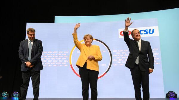 Глава партии ХСС Маркус Зёдер, канцлер Германии Ангела Меркель, и кандидат на место канцлера от партии ХДС / ХСС Армин Лашет выступают вместе в Берлине, Германия - Sputnik Mundo