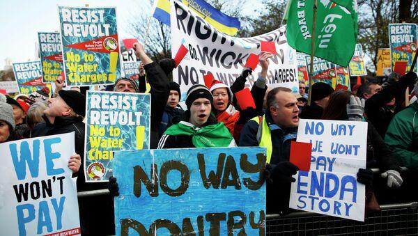 Miles de irlandeses se manifiestan contra la introducción de recibos de agua - Sputnik Mundo