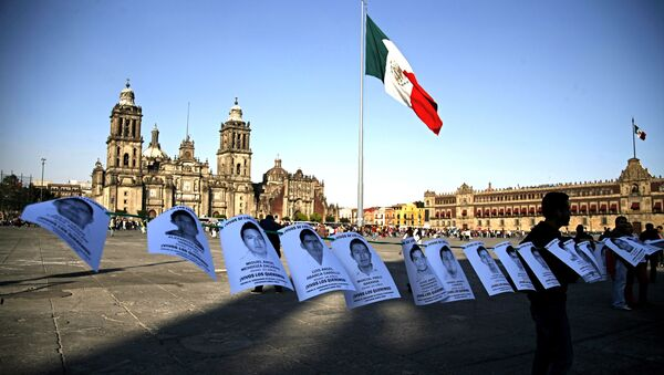 Pancartas con imágenes de los 43 estudiantes desaparecidos en México - Sputnik Mundo