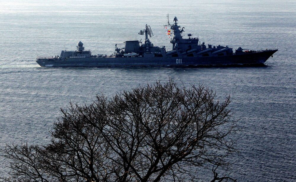Гвардейский ракетный крейсер Варяг прибывает после выполнения задач боевой службы во Владивосток
