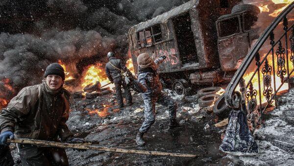 Partidarios de la integración europea de Ucrania, en enfrentamientos con unidades de policía, en el centro de Kiev - Sputnik Mundo