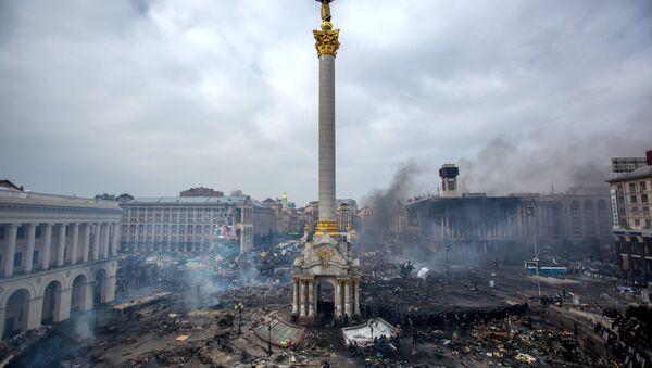 Partidarios de la oposición en la plaza Maidán, de Kíev, donde se produjeron enfrentamientos entre manifestantes y policías - Sputnik Mundo