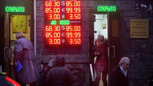 El martes el euro llegó a los 100,74 rublos y el dólar a los 80,1 rublos - Sputnik Mundo