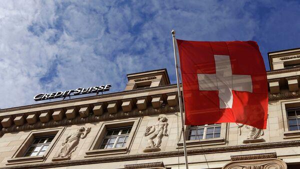 Banco Credit Suisse y la bandera nacional de Suiza - Sputnik Mundo