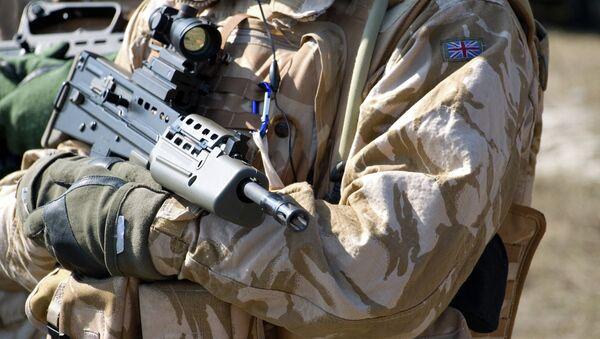 Солдат британской армии в оружием - Sputnik Mundo
