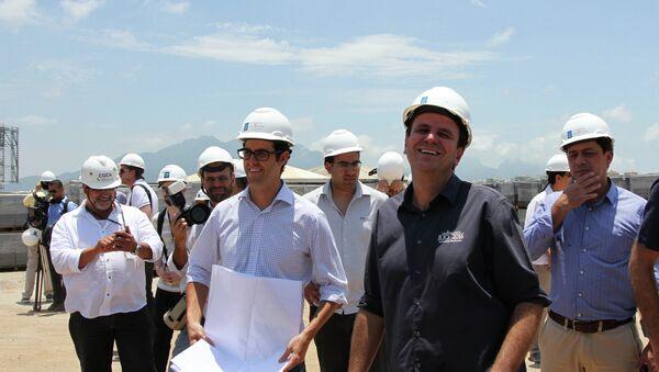 El alcalde de Río de Janeiro, Eduardo Paes, bromea con los ingenieros en el Parque Olímpico de Rio 2016 - Sputnik Mundo