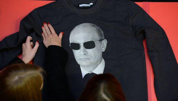 Venta de las sudaderas con la imagen de Vladimir Putin en Moscú - Sputnik Mundo